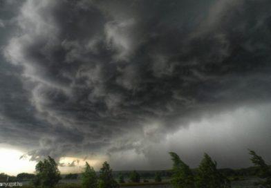 Komoly zivatartömb érkezik Magyarország felé! FELHŐSZAKADÁSSAL, JÉGESŐVEL, és 90 km/órás széllel támad vihar! ITT CSAP LE néhány órán belül: